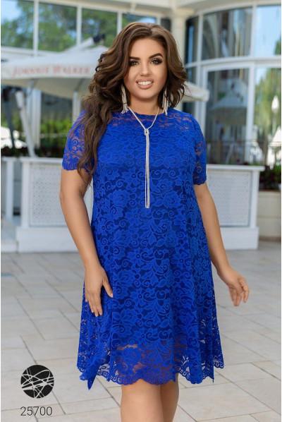 Яскраво-синє вечірнє плаття з гіпюру великих розмірів