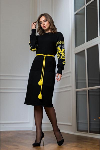 В'язане чорне плаття з жовтою вишивкою в національному стилі