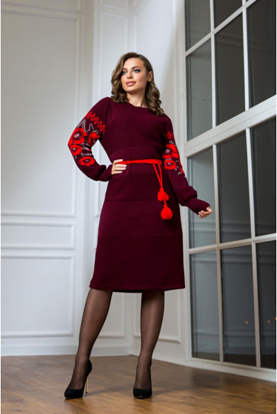 В'язане бордове плаття з червоною вишивкою в національному стилі