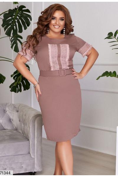 Привабливе плаття-футляр кольору кави для повних жінок