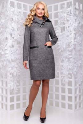 Тепла затишна сукня сірого кольору з коміром