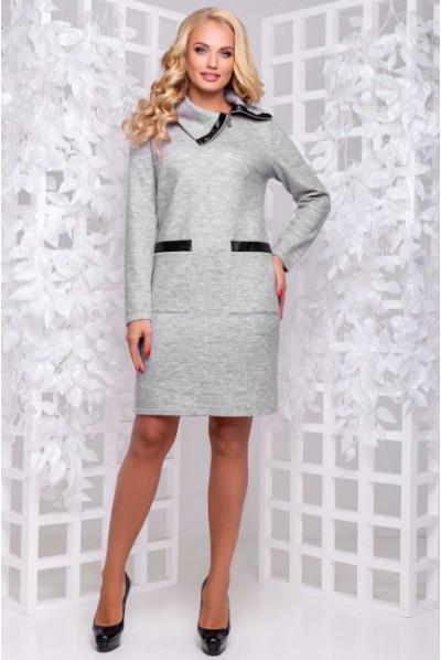 Тепле затишне світло-сіре плаття з коміром