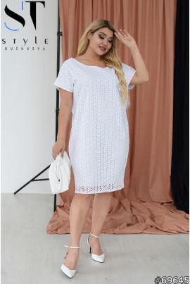 Біла грайлива жіночна сукня з прошви